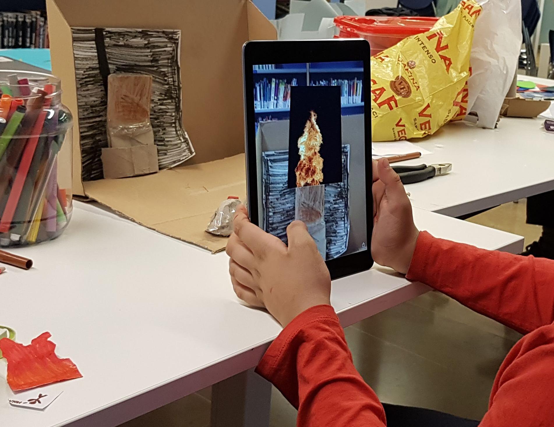 <p>Este otoño impartimos una segunda parte del curso &#8220;Mundos imaginarios&#8221;en el American Space de la biblioteca Ignasi Iglesias-Can Fabra de Sant Andreu. Esta vez nos centramos en los mundos mágicos detrás de los libros y cuentos de la biblioteca. Los niños crearon narrativas interactivas fusionando el mundo físico con la [&hellip;]</p>